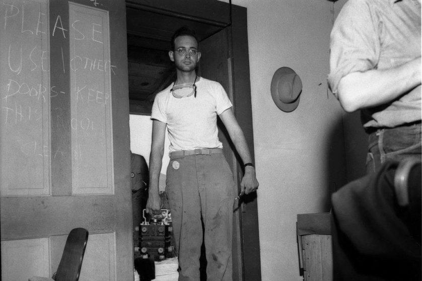 Herb Lehr, cientista de Los Alamos, carrega o núcleo de combustível do primeiro explosivo atômico do mundo, detonado em um clarão ofuscante em 16 de julho de 1945