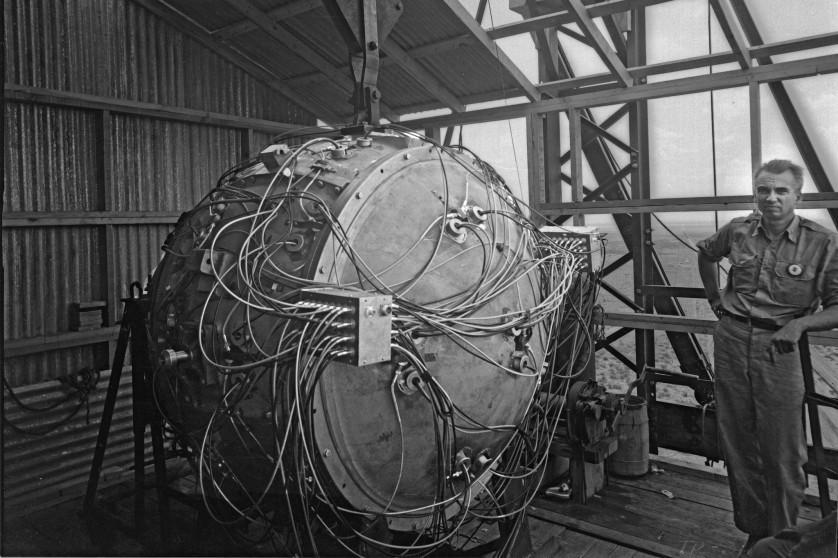 Dispositivo acabado, pronto para ser testado. Seus 32 detonadores tiveram que disparar simultaneamente para esmagar o núcleo de combustível e iniciar a explosão atômica