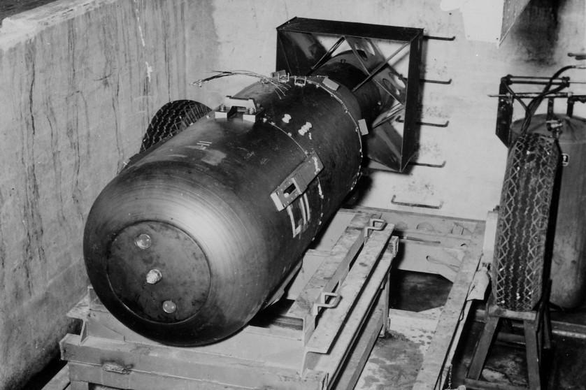 Little Boy, a bomba atômica lançada sobre Hiroshima, em um poço de carga na ilha Tinian, no Pacífico, pouco antes de ir para o bombardeiro