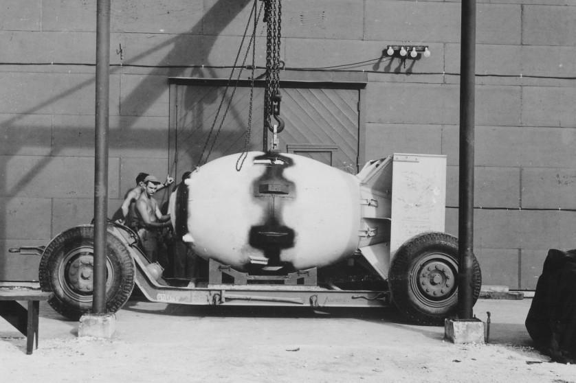 A bomba atômica Fat Man, sendo preparada em Tinian para o bombardeio de Nagasaki em 9 de agosto de 1945, que matou cerca de 40.000 pessoas
