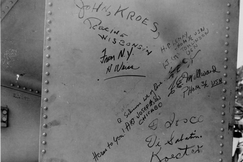 Close-up de Fat Man com assinaturas rabiscadas e os nomes de estados de origem, incluindo Wisconsin e New York, de pessoas que trabalharam na bomba