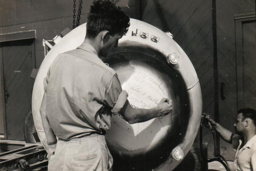 Norman Ramsey, cientista de Los Alamos, que liderou a integração das armas atômicas em bombardeiros, assina o nariz de Fat Man