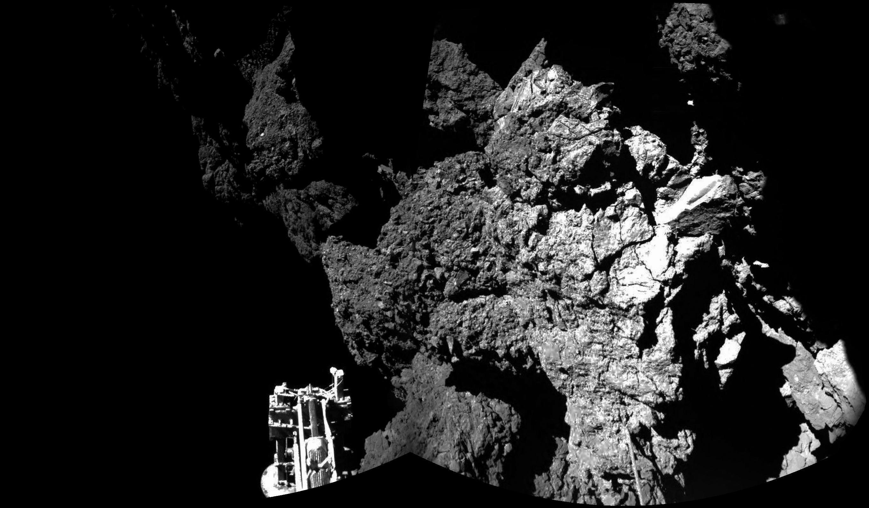 Philae chega com segurança na superfície do cometa 67P/Churyumov-Gerasimenko. Um dos três pés da sonda pode ser visto no primeiro plano
