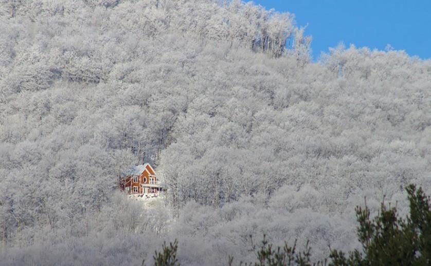 casas-solitarias-cobertas-de-neve-38