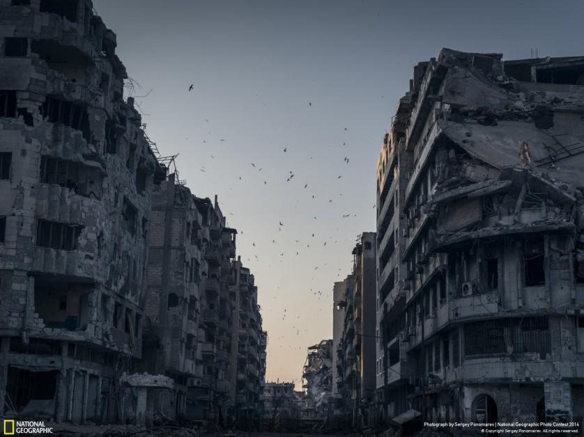 Edifícios destruídos em Homs, na Síria, rendeu uma menção honrosa ao fotógrafo Sergey Ponomarev