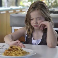 Obrigue o seu filho a limpar o prato e ele terá que viver com as consequências