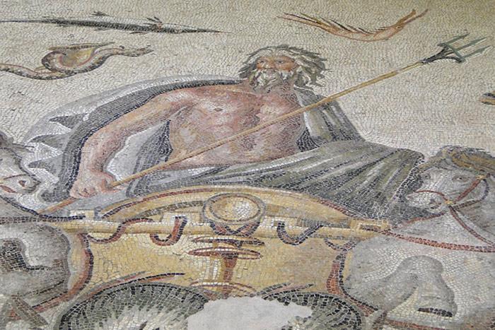 Nesse mosaico, é retratado Poseidon, o deus do mar, em seu carro de guerra