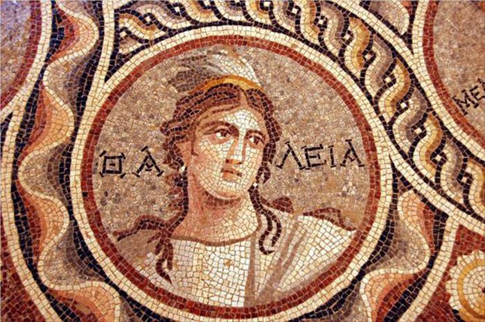 Nesse mosaico, vemos Thalia, a musa da poesia idílica e da comédia