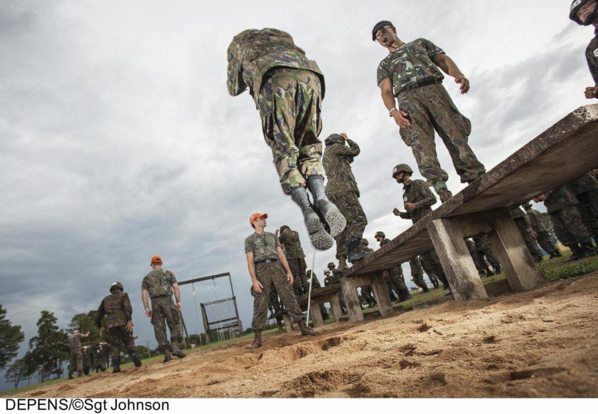 Treinamento de salto da Força Aérea Brasileira
