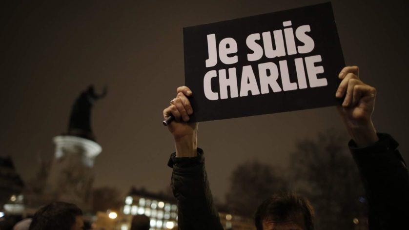 Hashtag de apoio a revista parisiense