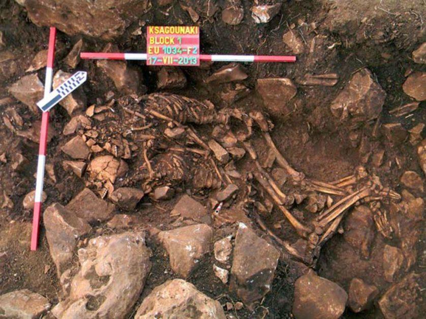 Casal se abraça em enterro que aconteceu há cerca de 5.800 anos, na caverna de Alepotrypa