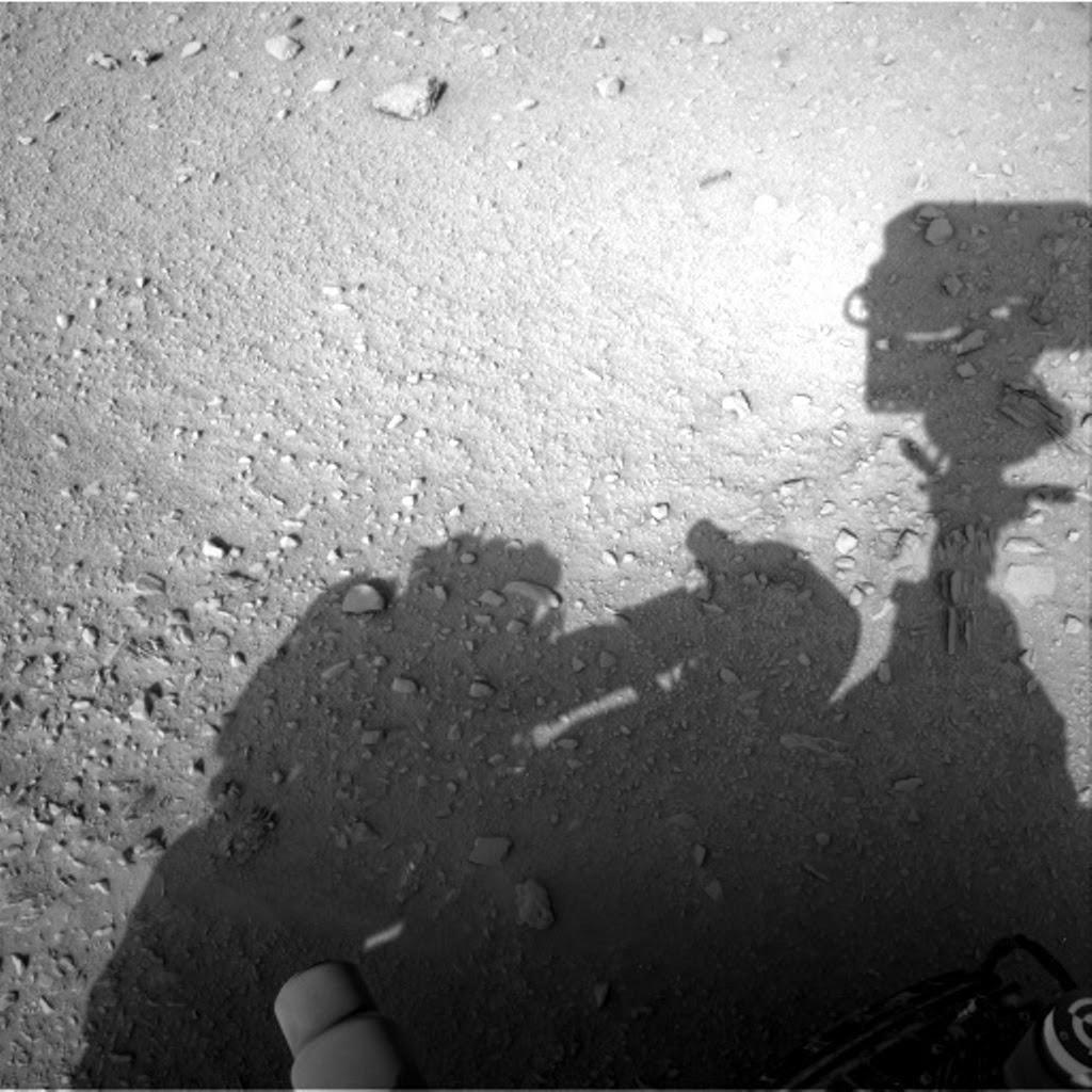 Essa foto mostra um homem (ou um alien) mexendo com o rover Curiosity em Marte?