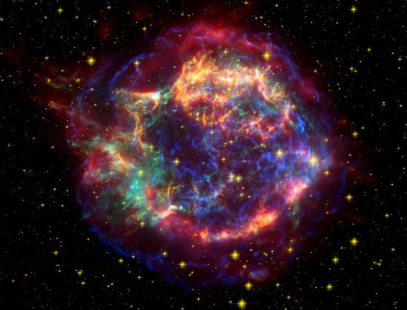 Cassiopeia A é o remanescente de uma supernova tipo II que ocorreu aproximadamente 11.000 anos-luz de distância