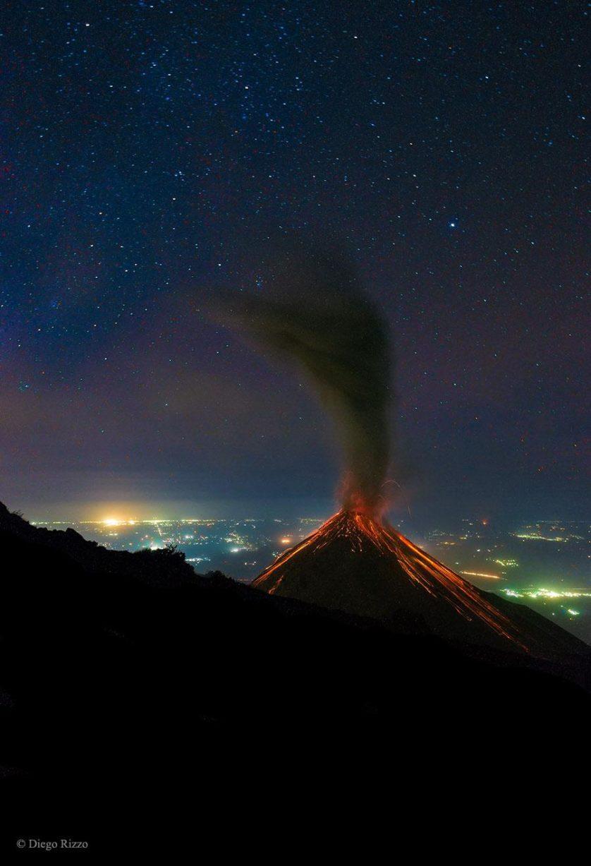 vulcão da Guatemala cuspindo fogo
