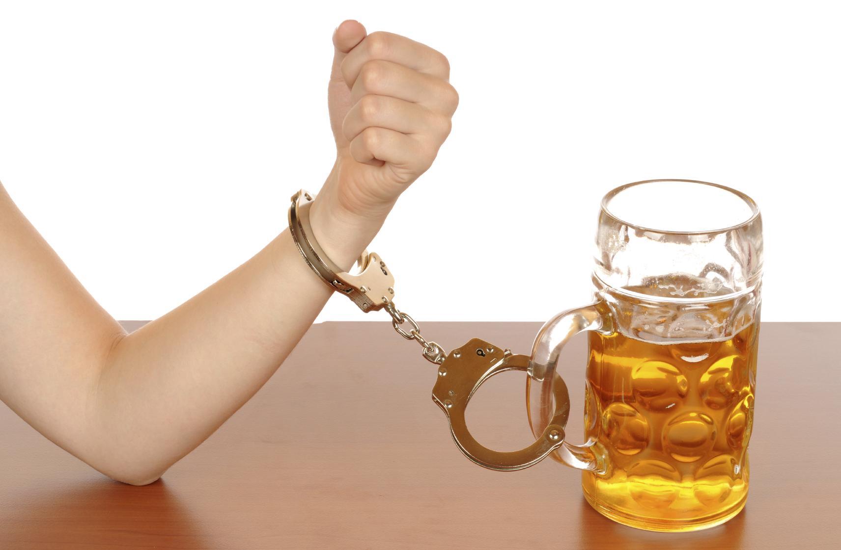 O alcoolismo ou a inclinação de droga, o que é pior