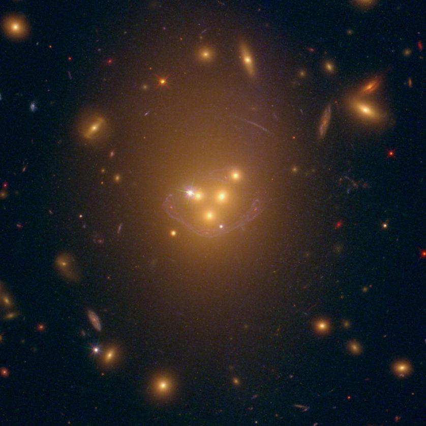 Aglomerado de galáxias Abell 3827. Em seu núcleo, quatro galáxias gigantes estão se fundindo