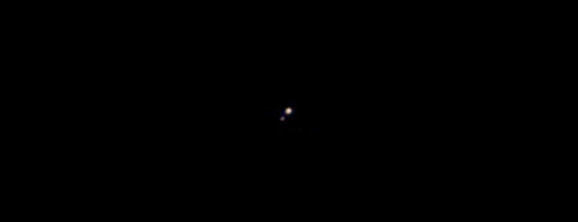 O que são dois pontinhos brilhantes numa imensidão preta? Nosso ex-planeta preferido e sua lua.