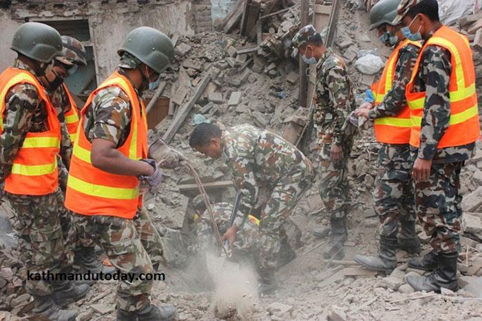 resgate bebe terremoto nepal (1)