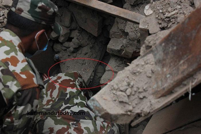 resgate bebe terremoto nepal (2)