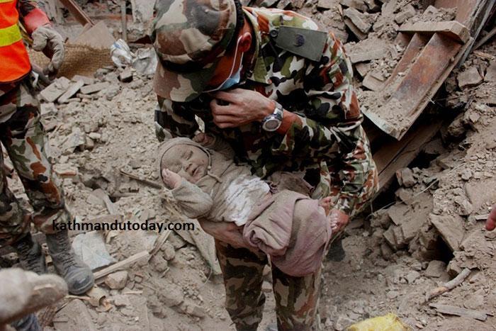 resgate bebe terremoto nepal (3)