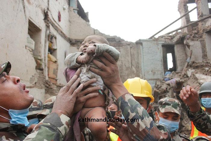 resgate bebe terremoto nepal (5)