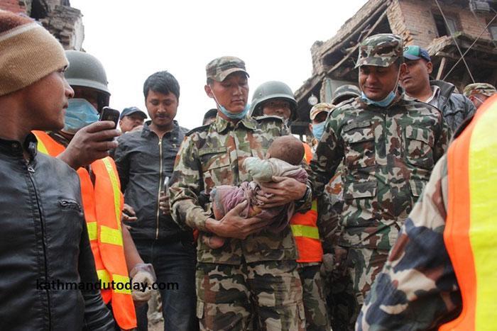 resgate bebe terremoto nepal (6)