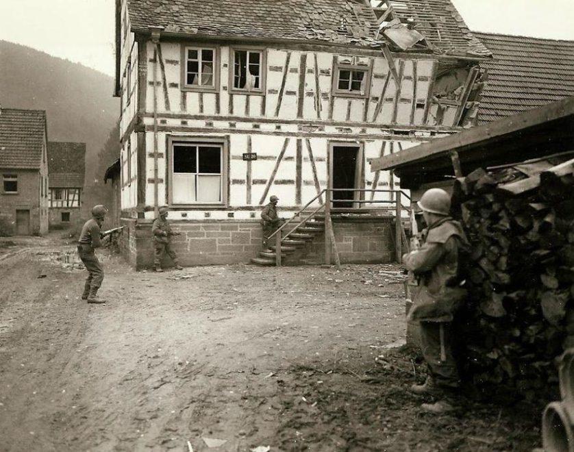 Homens do 7º Exército procurando atiradores de elite em Bobenthal, na Alemanha.