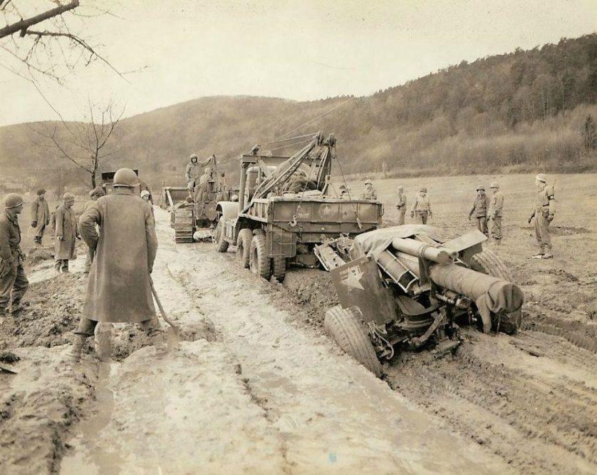 Quando este guincho rebocando um Howitzer 155 mm ficou preso na lama em uma estrada, nada menos do que um Bulldozer pode movê-lo.