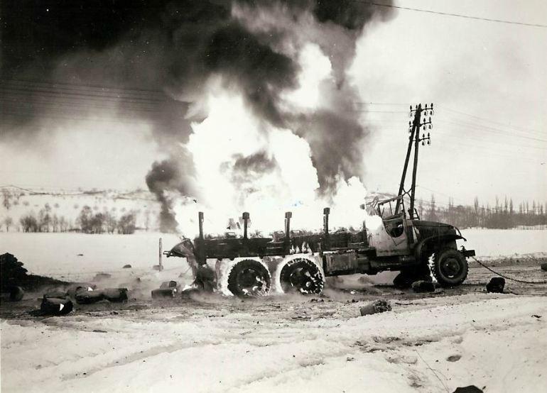Caminhão francês queima quando sua carga de 800 litros de gasolina explode.