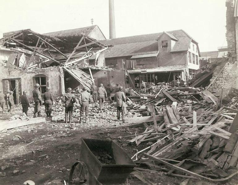 Dano causado quando um cartucho 280 milímetros alemão pousou na área.