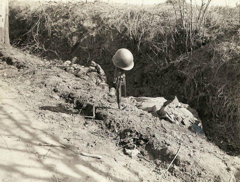 O capacete e rifle marcam o local de uma vala em uma estrada onde dois soldados da infantaria deram suas vidas para uma unidade do 7º Exército, que abriu uma frente de 80 quilômetros do aeroporto de Saarbrücken para Reno.