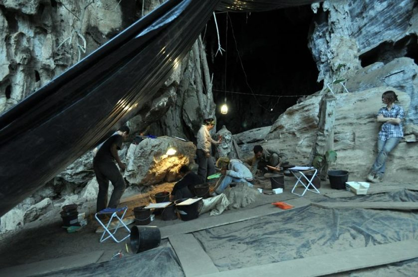 Pesquisadores na caverna Lapa do Santo