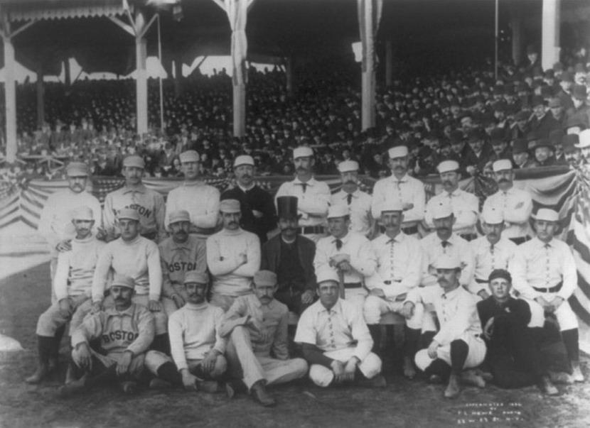 Foto de grupo, Boston Beaneaters e New York Giants, Dia Abertura da Liga Principal de Baseball, 1886. Charles Radbourn mostrando o dedo do meio para o fotógrafo.