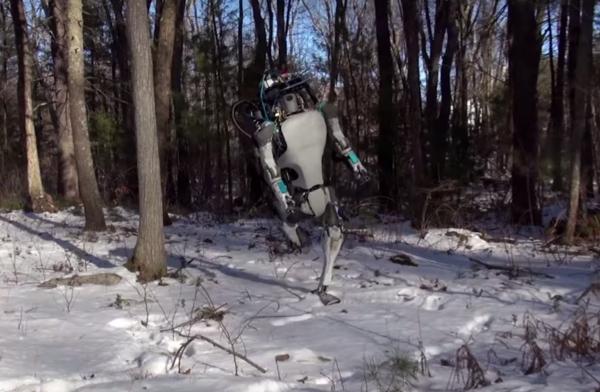 Atlas consegue recuperar o equilíbrio depois de escorregar