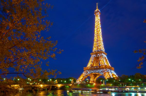 Paris,_Eiffel_tower_during_the_sparkling_effect_which_only_lasts_some_seconds