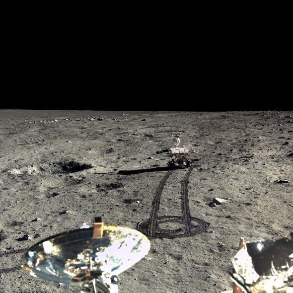 Em 23 de dezembro de 2013, a Chang'e-3 capturou este mosaico de quatro imagens do seu companheiro rover Yutu. O painel solar direito do rover está inclinado para baixo para melhor captar a luz do sol.