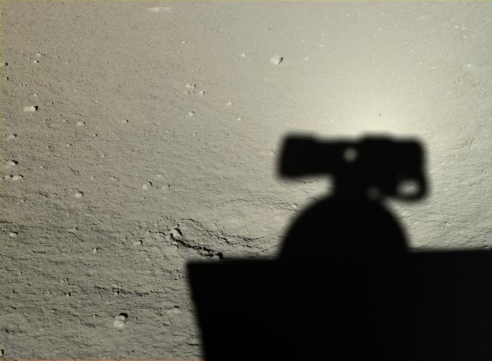 Com o sol diretamente em sua parte traseira, Yutu tirou uma foto de sua própria sombra em 2014.