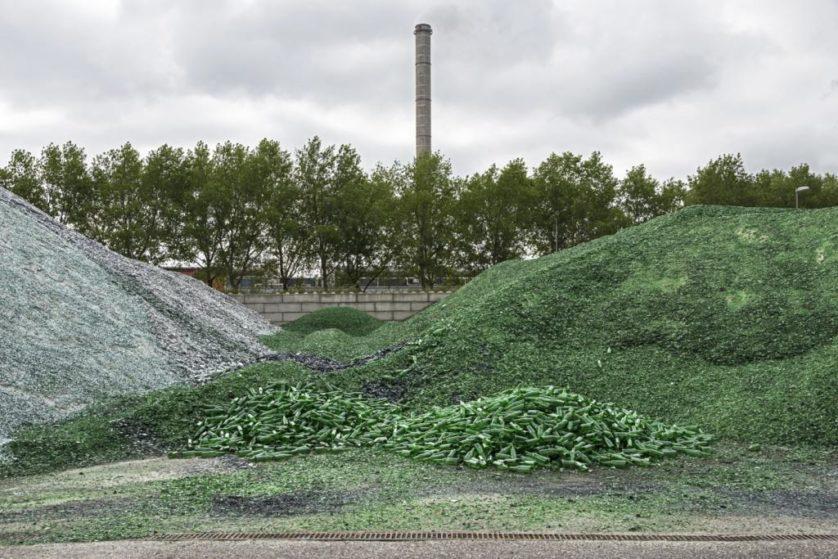 Cacos de vidro verdes esperam para ser derretidos em uma fábrica de vidro para fazer frascos para a indústria de bebidas. Eles foram recolhidos de habitações e empresas por uma companhia especializada em reciclagem de vidro
