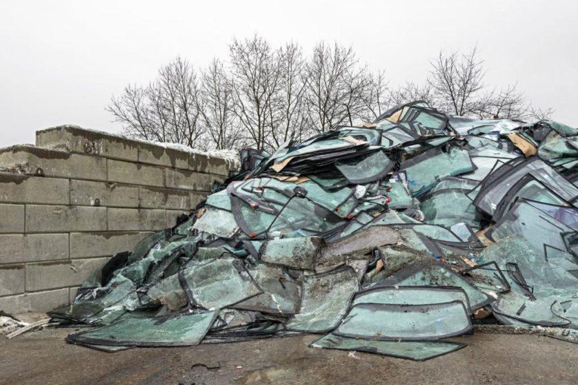 Para-brisas usados são reciclados. O processo envolve a separação do vidro a partir da camada laminada de plástico que o impede de despedaçar. O vidro transformado pode ser usado para fazer novos para-brisas, enquanto o metal é reciclado e o plástico é utilizado em telhados e colas de tapete