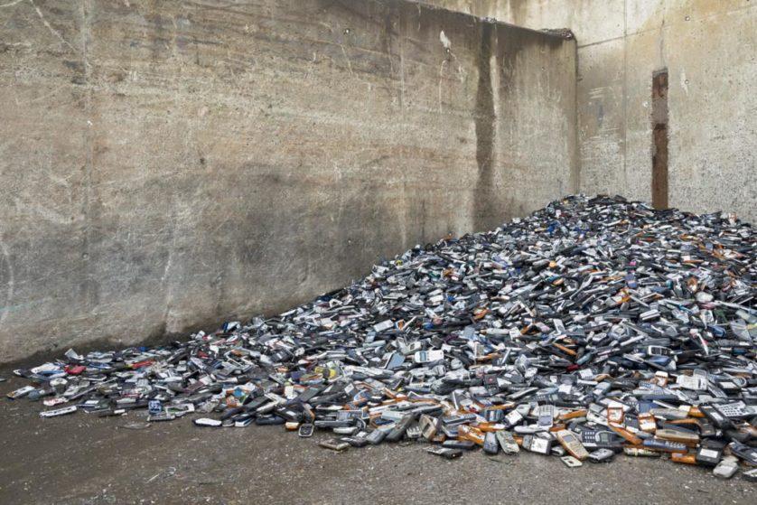 Celulares velhos são destruídos, e derretidos em um forno. Os metais são extraídos para reutilização. Trinta e cinco mil telefones celulares produzem cerca de um quilograma de ouro, cinco quilos de prata, 150 gramas de paládio e 350 quilos de cobre