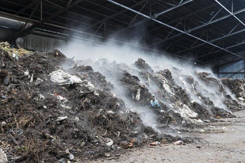 Os resíduos orgânicos a partir de alimentos, jardins e fraldas são recolhidos em habitações e empresas. O composto será usado como adubo no setor da agricultura