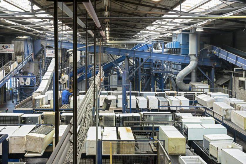 Nessa instalação, frigoríficos são desmontados para separar suas várias partes para reciclagem