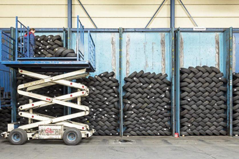 Empresas especializadas inspecionam pneus usados e os preparam para o mercado de segunda mão