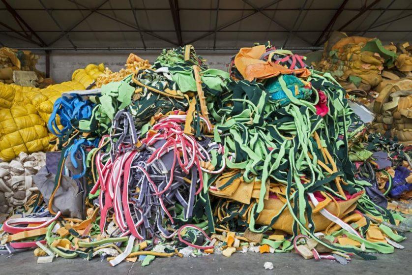 Resíduos industriais de poliuretano e lã serão picados para ser reutilizados em várias coisas, desde embalagem a isolamento acústico e almofadas de choque