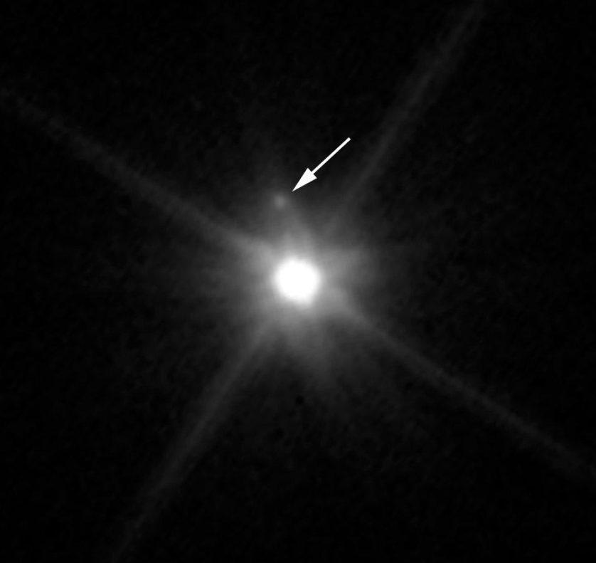 nova lua no fundo do sistema solar