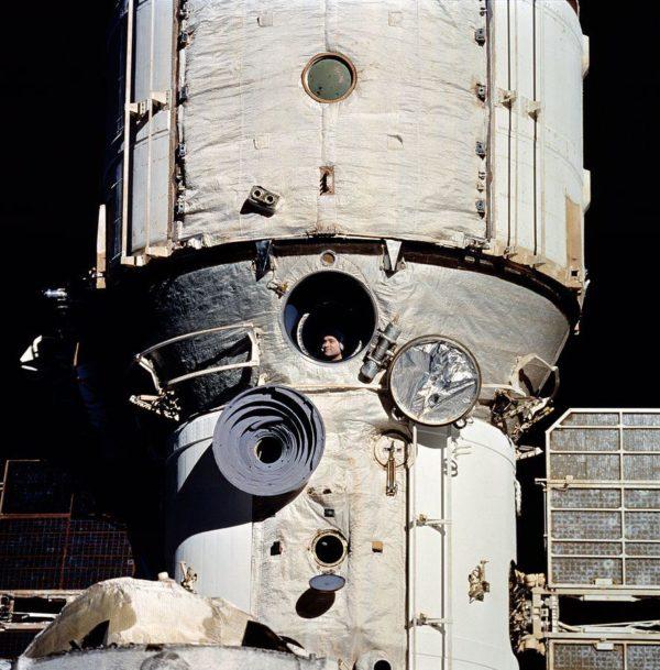 Valeri Polyakov, observando a Discovery acoplando à Mir em 1995