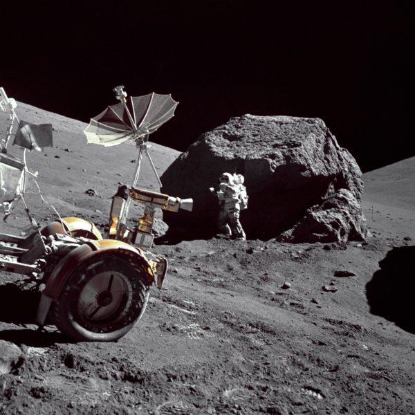 Astronauta-geólogo Harrison Schmitt examinando uma rocha lunar