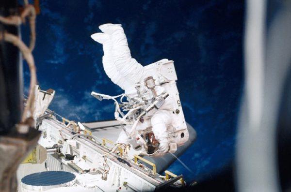 Astronauta Susan Helms durante uma EVA - missão STS-102