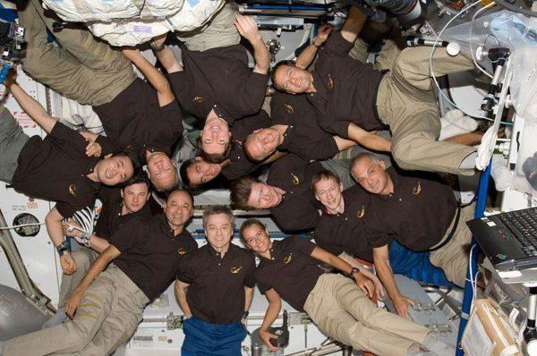 Primeiro grupo de 13 astronautas juntos na Estação Espacial Internacional (STS-127 e habitantes da EEI)