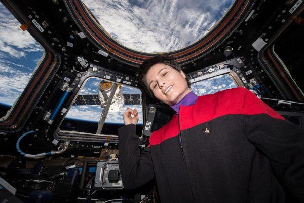 """Samantha Cristoforetti na Cupola apontando para a SpaceX CRS-6 - """"Tem café naquela nebulosa, erm, quer dizer, naquele dragão"""""""